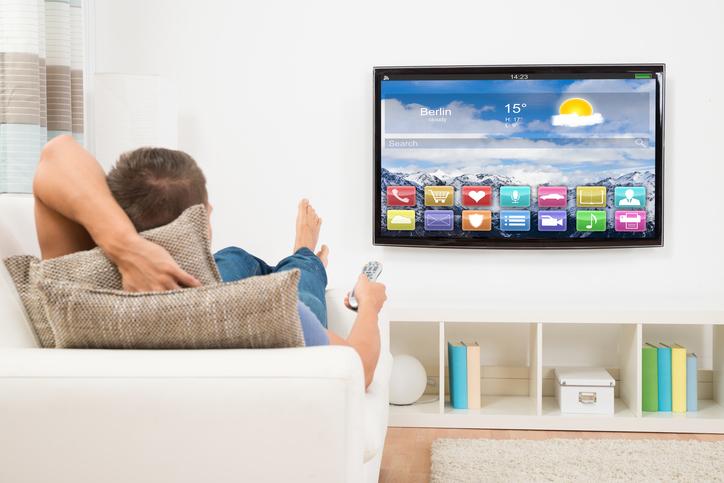 Un hombre viendo la televisión
