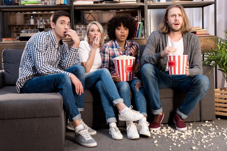 Amigos viendo la tv